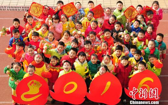 江西九江小学生剪纸喜迎2016新年