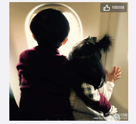邓超儿子搂妹妹看窗外