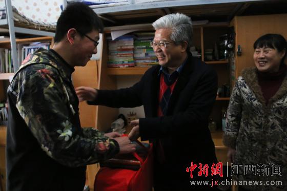 十年不间断的温暖:江西一高校送寒门学子1500套御寒衣物