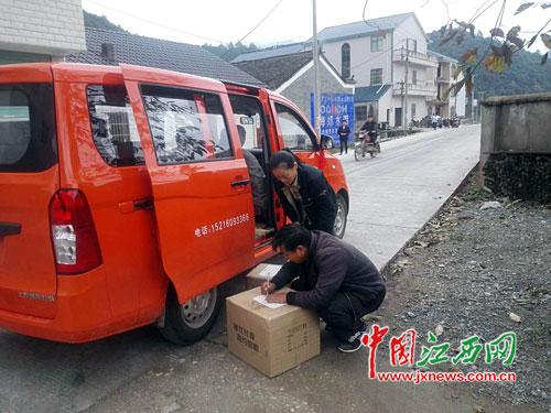 乡村女邮递员17年风雨无阻 她不仅是送信人还是深山读信人