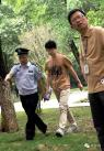 """6月7日午间,在南昌十中高考考点,一名替考嫌疑人被警方带上警车。当天,中国高考正式拉开帷幕,然据媒体报道,当日上午,有多名""""枪手""""在南昌参加考试。(中新社记者 刘占昆 摄)"""