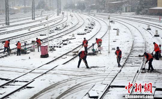 强寒潮携大雪侵袭江西 交通部门多举措保出行畅通(图)
