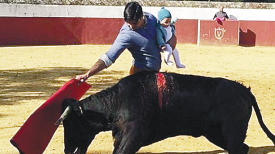 西班牙极品老爹抱着女儿斗牛