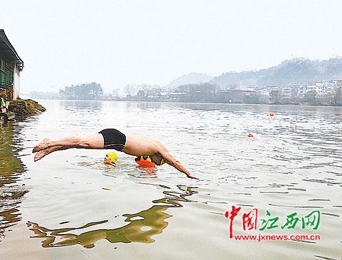 冬泳健身斗严寒(图)