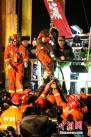 1月29日,山东平邑4名矿工被困36天后获救创造世界同类救援第三例奇迹。图为,21:50分第二名被困矿工获救。中新社记者 梁�� 摄