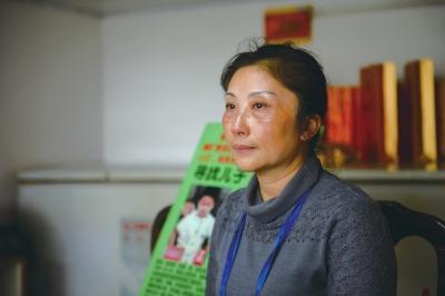 母亲找寻被拐儿子25年 丈夫因寻子患抑郁症自杀