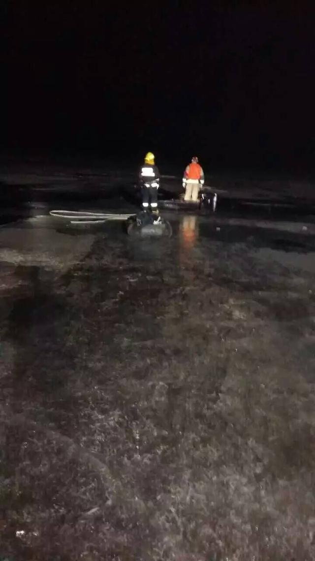 男子驾车遇冰面裂开