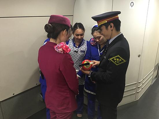"""南铁:乘务员站好春运安全最后""""一班岗"""""""