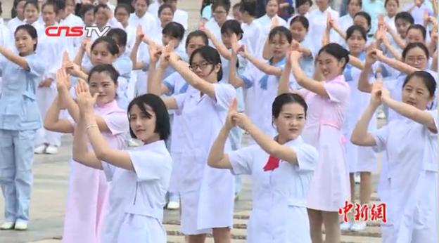 国际护士节:江西百余男女护士街头齐跳洗手舞引围观