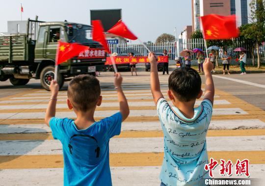 江西省九江市数千群众自发来到武